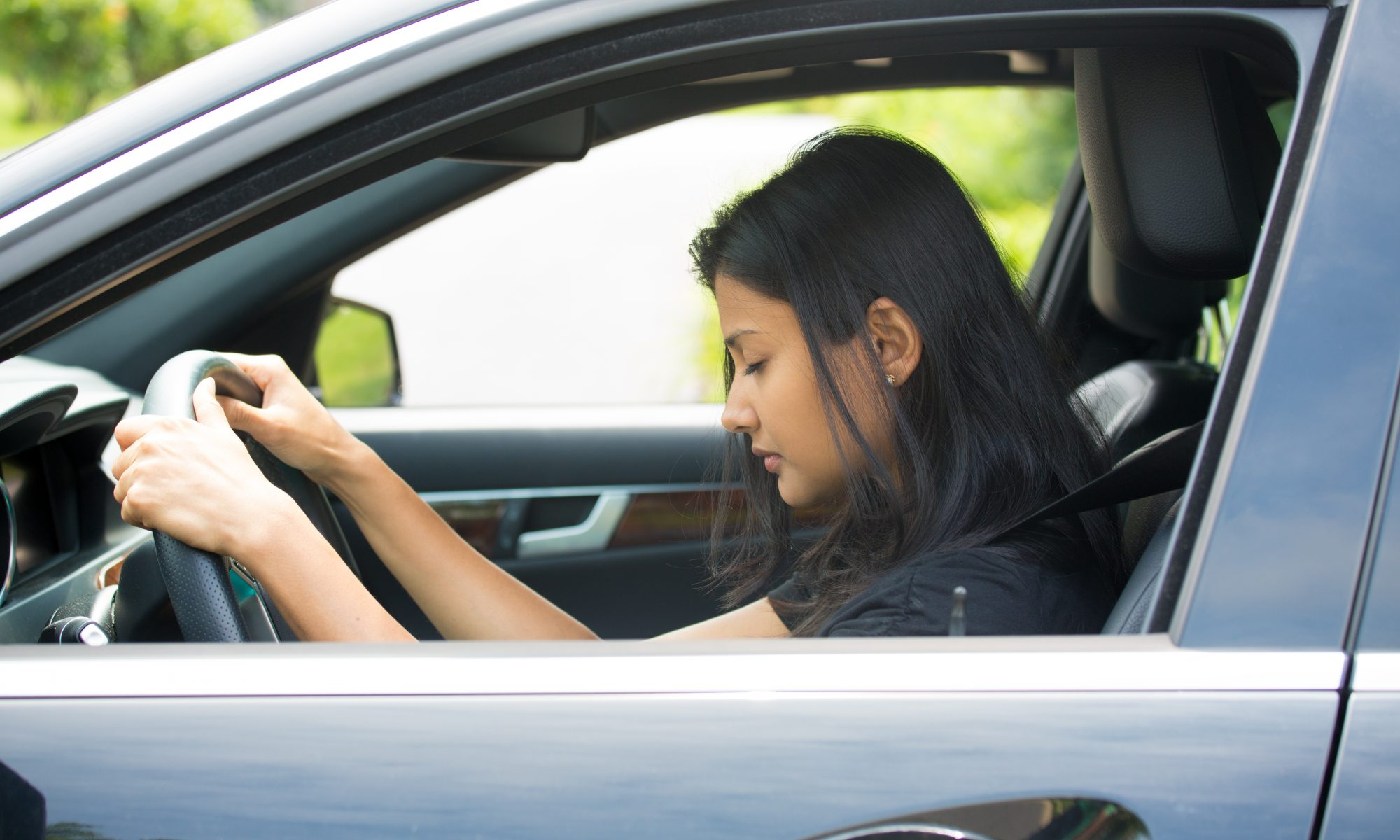 Kvinde kører bil med tegn på træthed på grund af ubehandlet søvnapnø